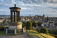 United Kingdom, Scotland, Edinburgh, City view from Carlton Hill with Dugald Stewart Monument - ELF01811