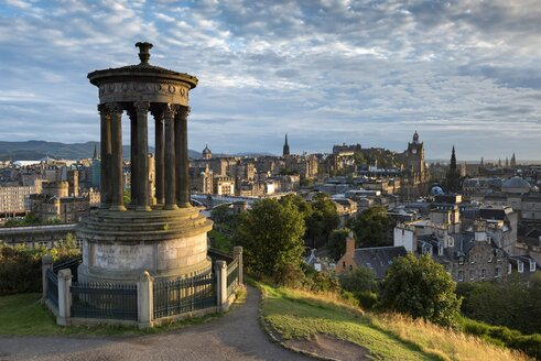 United Kingdom, Scotland, Edinburgh, City view from Carlton Hill with Dugald Stewart Monument - ELF01811