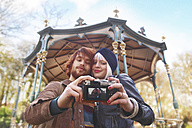 Young couple taking a selfie in front of pavilion - RTBF00388