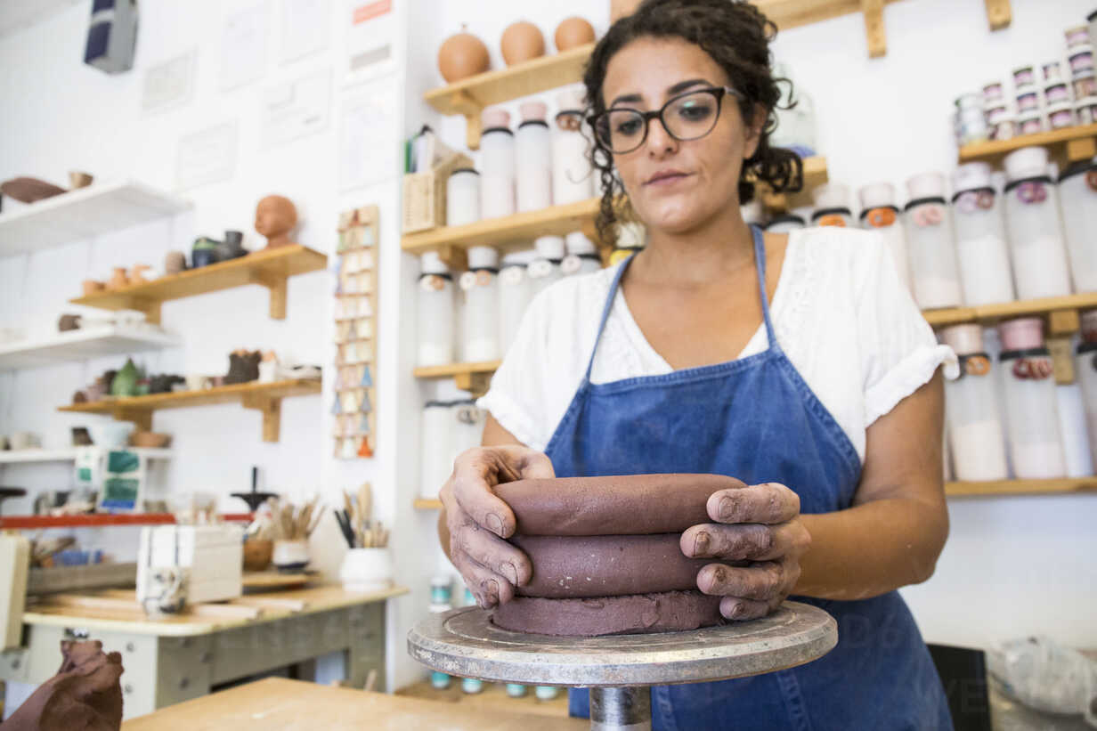 Woman working with clay in a ceramics workshop - ABZF01267 - Andrés Benitez/Westend61
