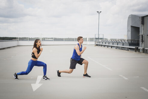 Man and woman doing lunges outdoor - ASCF00662