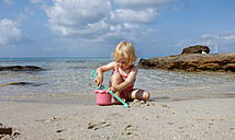 Little girl playing on the beach - LHF00502