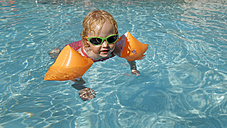Little girl with water wings in swimming pool - LHF00507