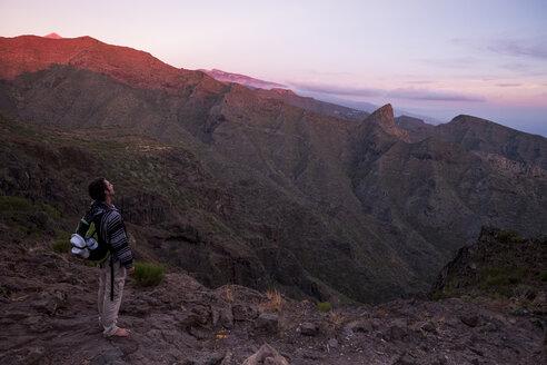 Spain, Tenerife, Teno Mountains, Masca, Trekking, trekker enjoy view - SIPF00869