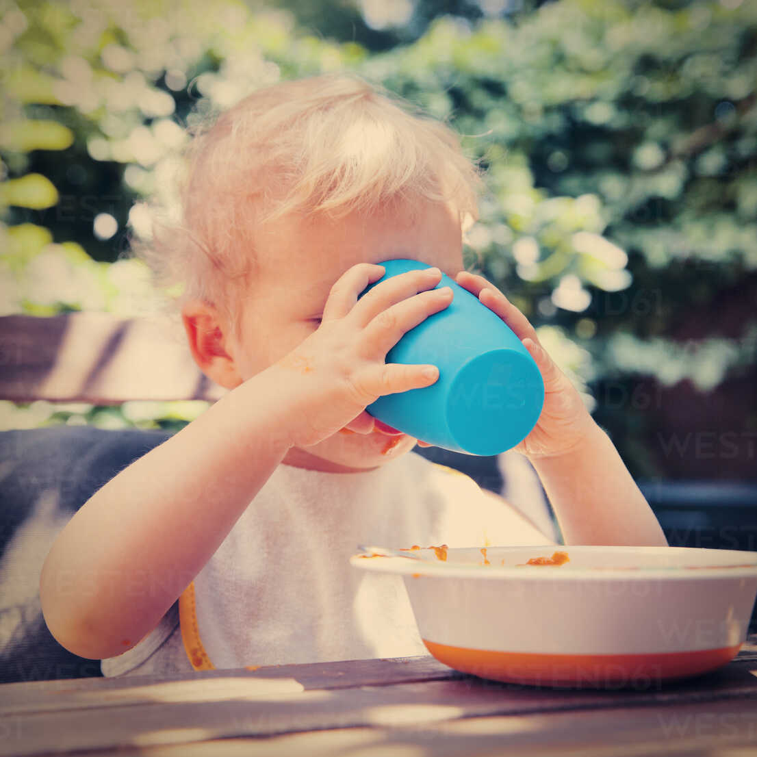 Little boy drinking from his plastic cup - MFF03375 - Mareen Fischinger/Westend61