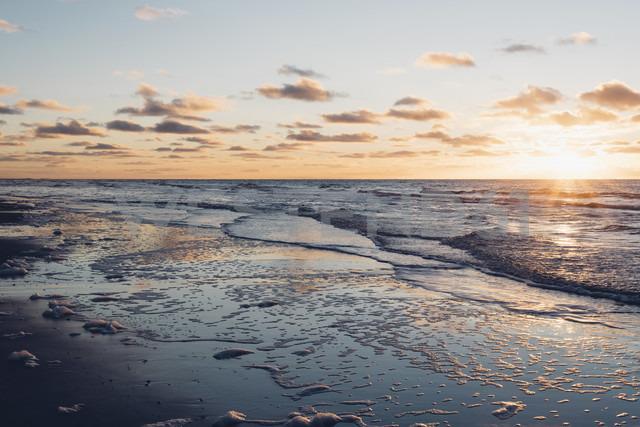 Denmark, North Jutland, tranquil beach at sunset - MJF02061 - Jana Mänz/Westend61