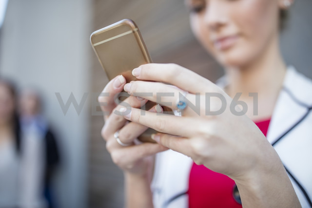 Close-up of woman holding cell phone - ZEF10488 - zerocreatives/Westend61