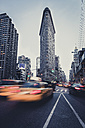 USA, New York City, taxis in front of Flatiron Building - STCF00273