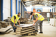 Workers in warehouse working together - JASF01213