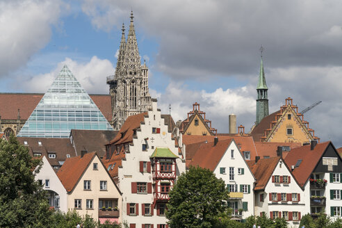 Germany, Ulm, view to glass pyramide of central library and to Ulm Minster with houses in the foreground - PCF00275