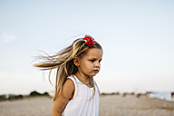 Little girl playing on the beach - JRFF00878