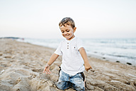 Happy little boy playing on the beach - JRFF00887