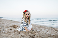 Portrait of little girl playing on the beach - JRFF00890