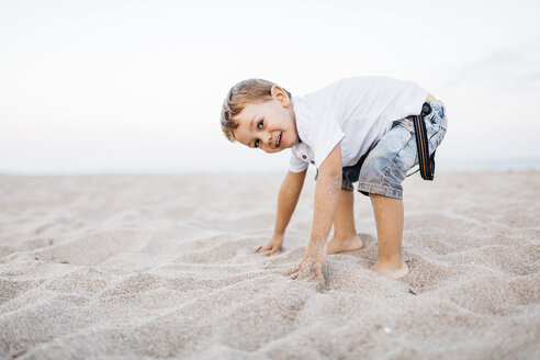Little boy playing on the beach - JRFF00893