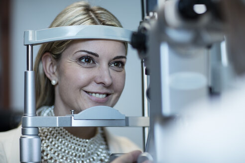 Mature woman doing eye test at the optometrist's - ZEF10561