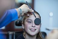 Girl doing eye test at optometrist - ZEF10591