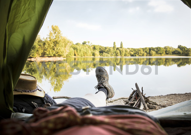 Legs of a woman lying in tent at a lake - ONF01074 - noonland/Westend61
