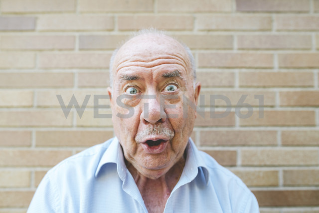 Portrait of senior man pulling funny faces - GEMF01124 - Gemma Ferrando/Westend61