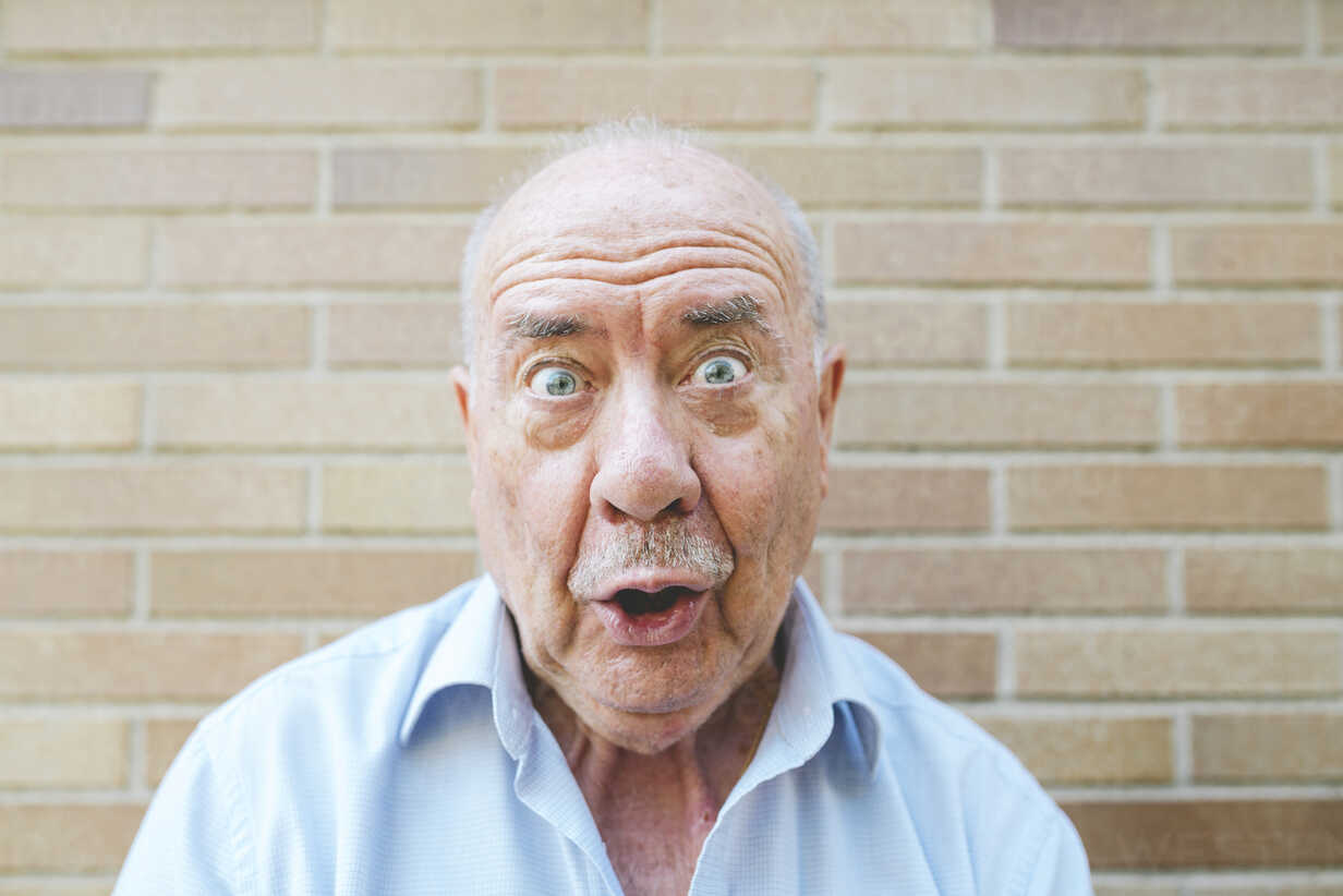 Portrait of senior man pulling funny faces - GEMF01124 - Gemma Ferrando/Westend61