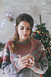 Portrait of woman with cup of coffee at Christmas time - RTBF00424