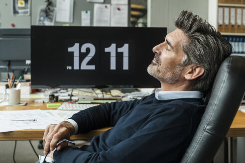 Mature man taking a nap at his office - TCF05159