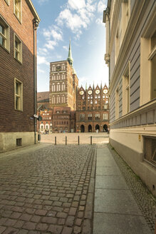 Germany, Mecklenburg-Western Pomerania, Stralsund, Knieperstrasse, old market and St. Nicolas' church - TAMF00672