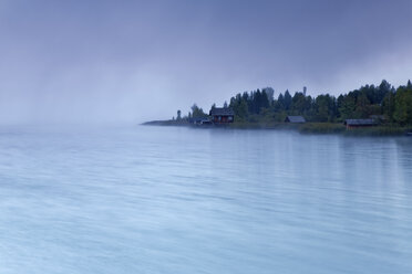 Austria, Carinthia, boat houses in fog at Lake Weissensee - GFF00809