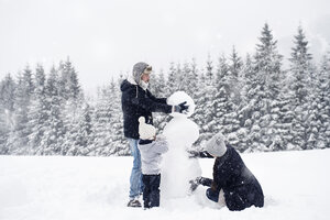 Family building snowman together - HAPF00973