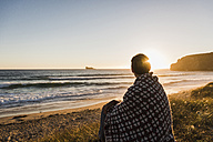 France, Bretagne, Crozon peninsula, woman at the coast at sunset - UUF08717
