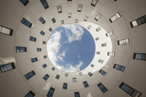 Germany, Munich, Modern architecture, View from below to the sky in Loopsite building - FC01111