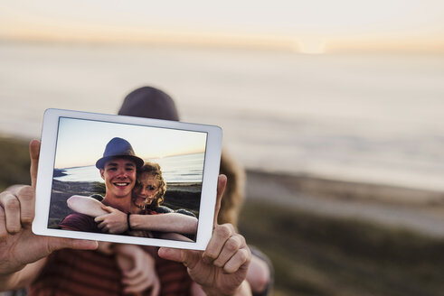Selfie of young couple on display of tablet - UUF08811