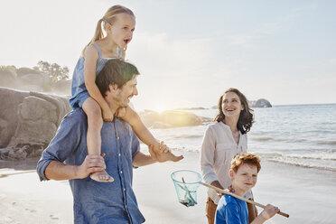 Happy family on the beach - RORF00354