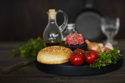 Ingredients for an hamburger, burger bun, tomatoes, minced beef, lettuce - KSWF01767