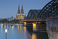 Germany, Cologne, lighted Cologne Cathedral and Hohenzollern Bridge - GFF00821