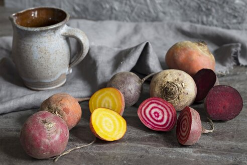 Whole and sliced red and yellow beetroots - YFF00581