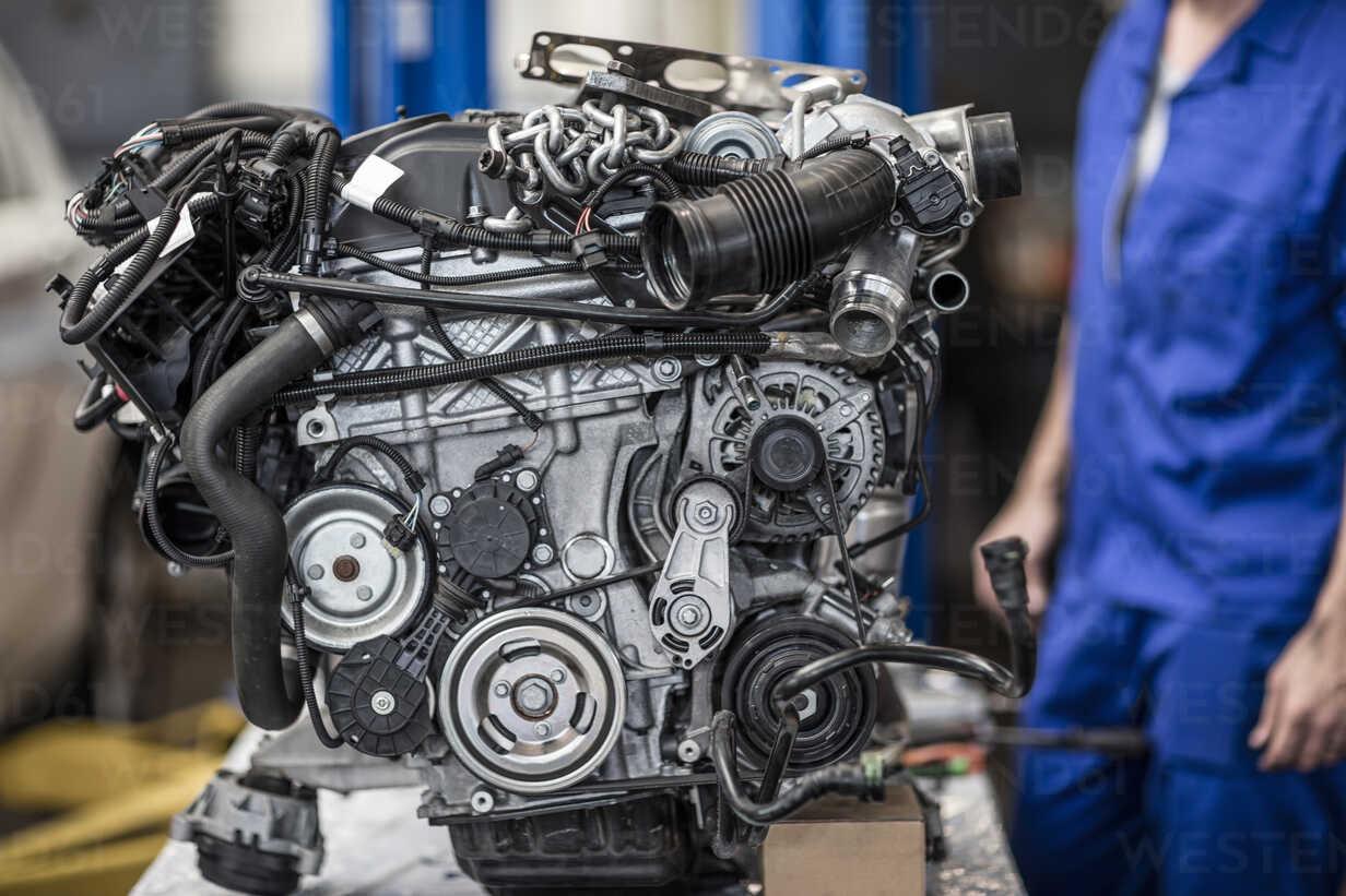 Car engine in a workshop - ZEF10720 - zerocreatives/Westend61