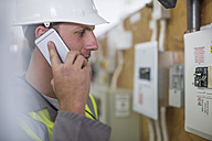 Electrician talking on phone - ZEF10905