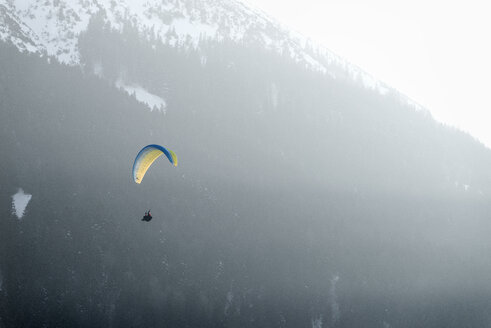 Germany, Pfronten, paraglider in front of mountain - BMA00234