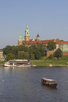 Poland, Krakow, view to Wawel Cathedral and castle with Vistula River in the foreground - MEL00151