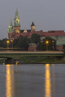 Poland, Krakow, view to Wawel Cathedral and castle with Vistula River in the foreground at evening - MELF00154
