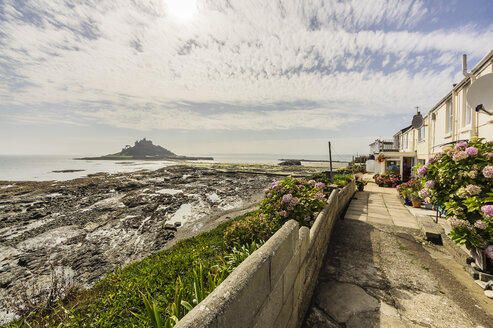 UK, Cornwall, Marazion with St. Michael's Mount in background - THAF01858