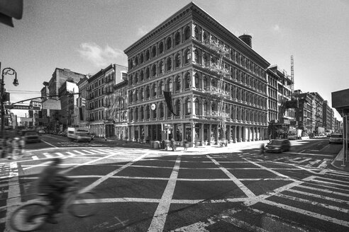 USA, New York City, view to Haughwout Store with crossroads in the foreground - ZEF11121