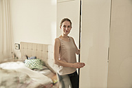 Woman opening a closet - SUF00085
