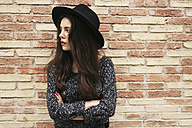Young woman with black hat waiting - EBSF01864