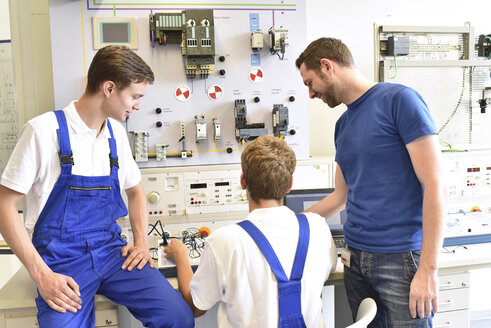 Technical instructor teaching students - LYF00608