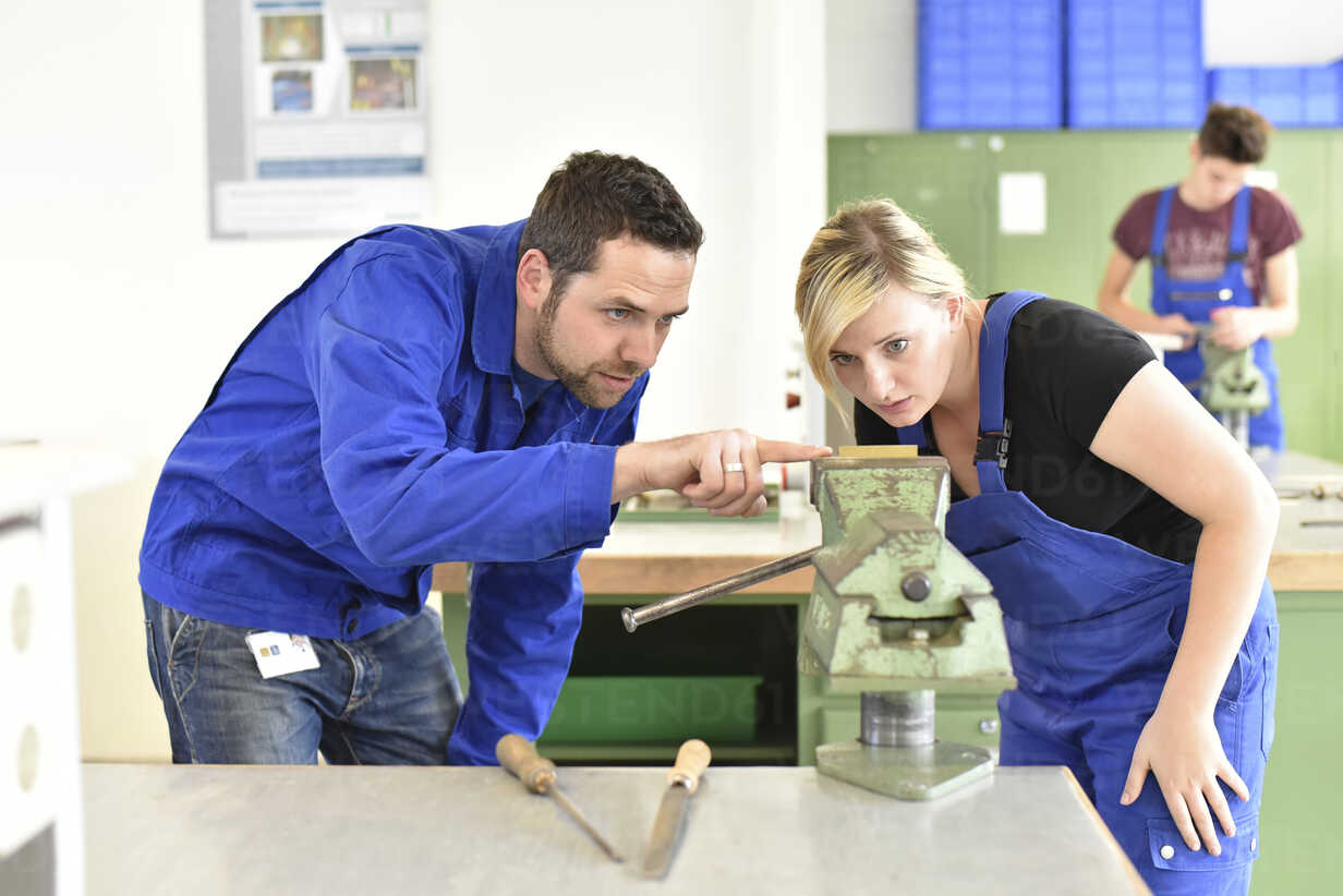 Instructor with trainee at workbench - LYF00620 - lyzs/Westend61