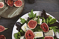 Plate of mixed lettuce with fresh figs, goat cheese and olive oil - RTBF00474