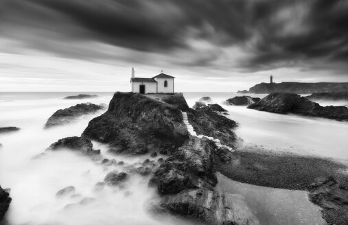 Spain, Valdovino, little chapel Virxe do Porto at the Galician coast, long exposure - RAEF01530
