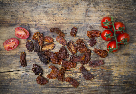 Dried tomatoes and fresh tomatoes on wood - LVF05538