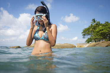 Mexico, Puerto Vallarta, young woman snorkeling with snorkel and mask at Banderas Bay - ABAF02089
